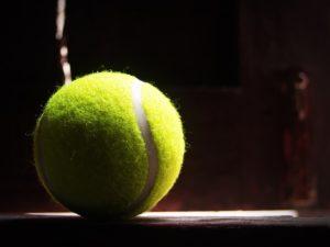 Tennisball bei Nacht